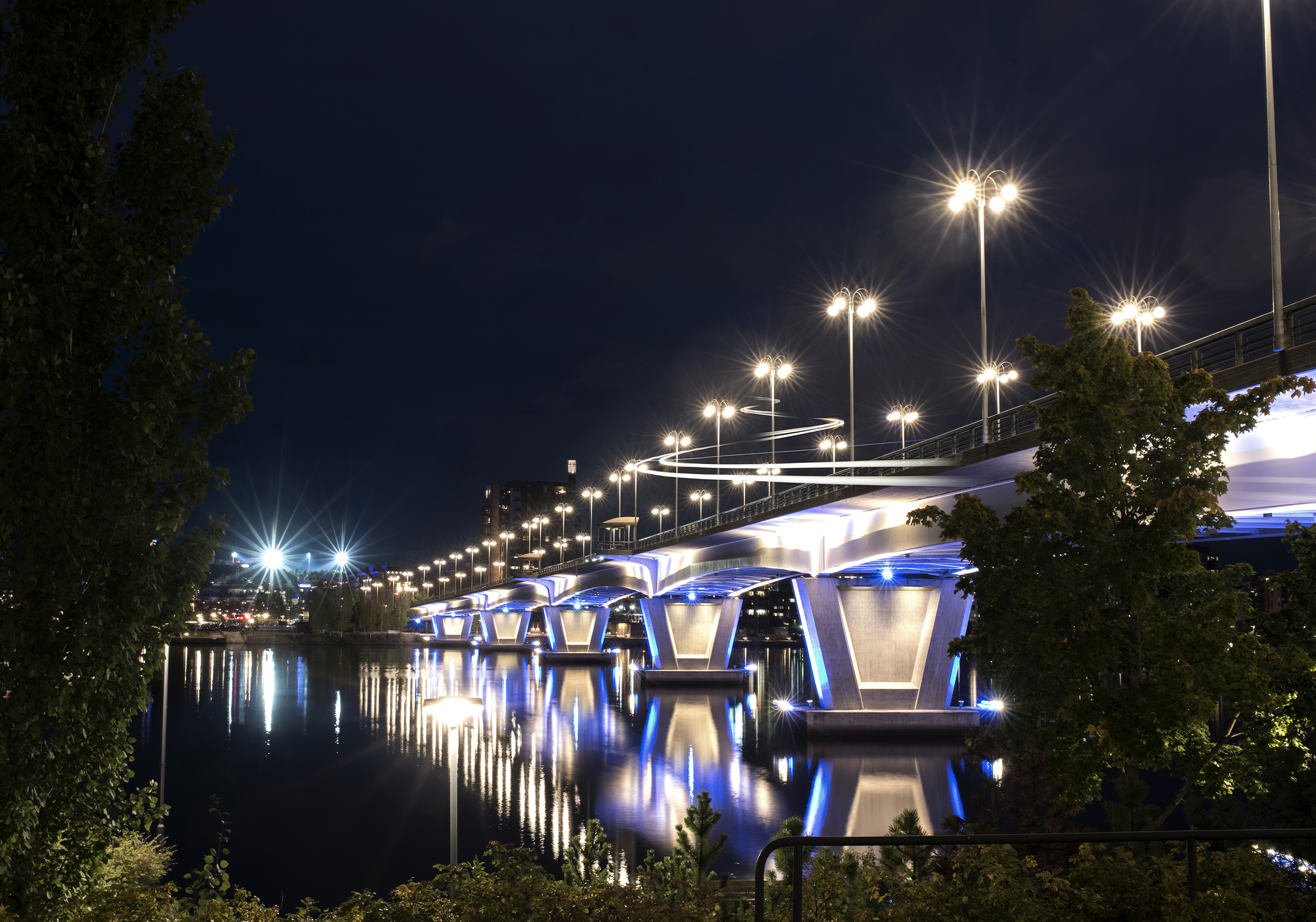Valaistu Jyväskylän silta yöllä