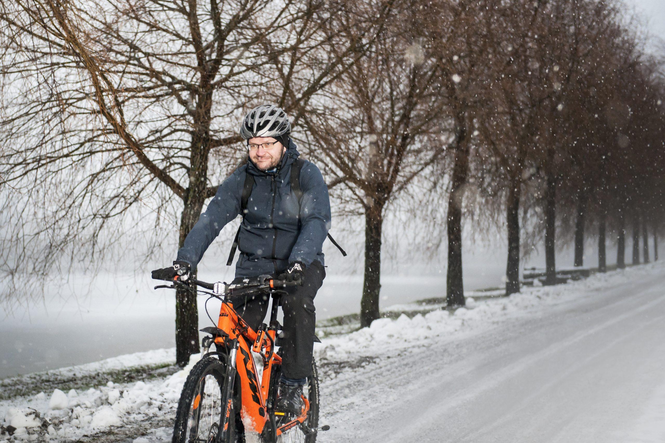 Jukka Pennanen sähköpyöräilemässä