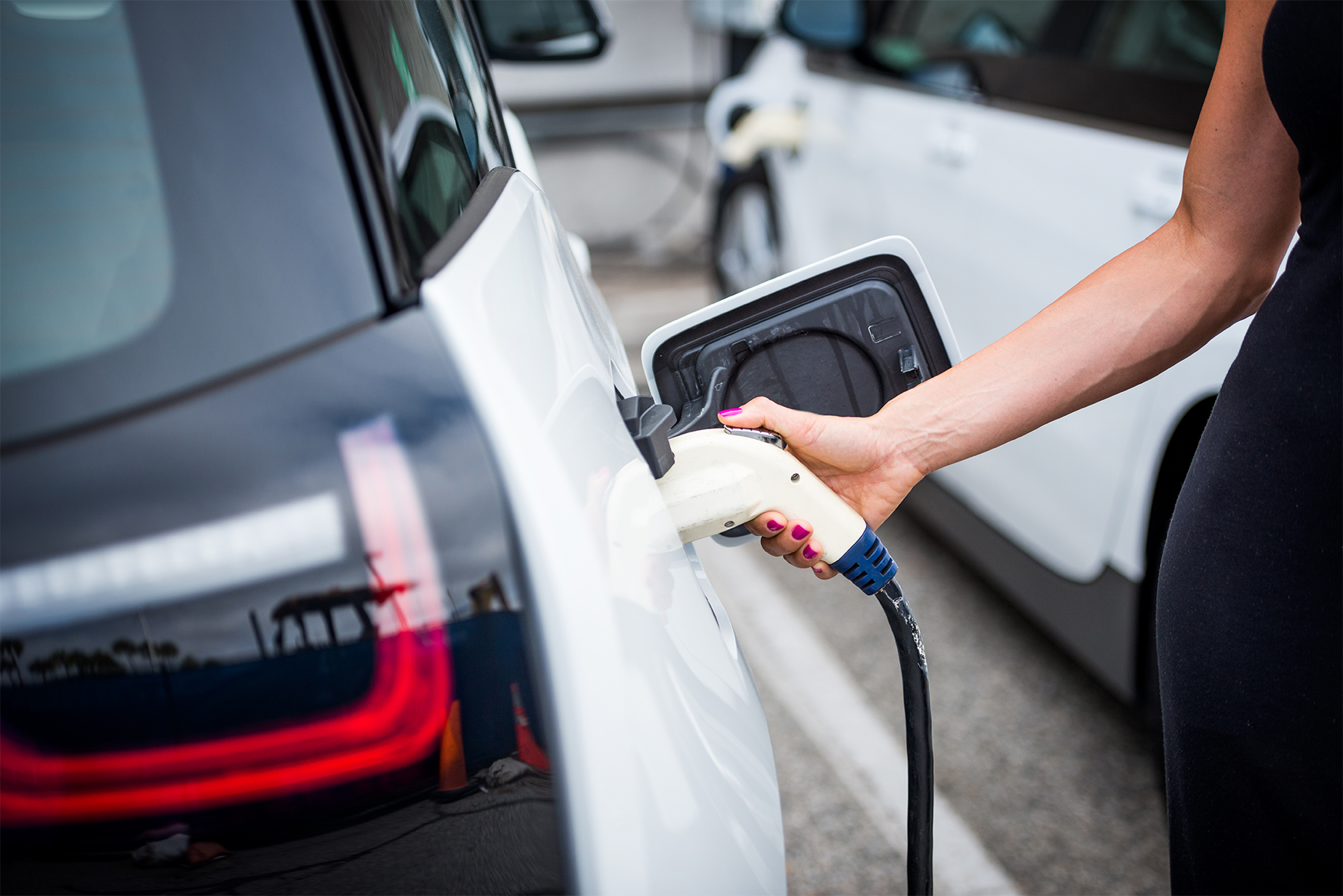 Sähköauton lataus (markkinointikuva)